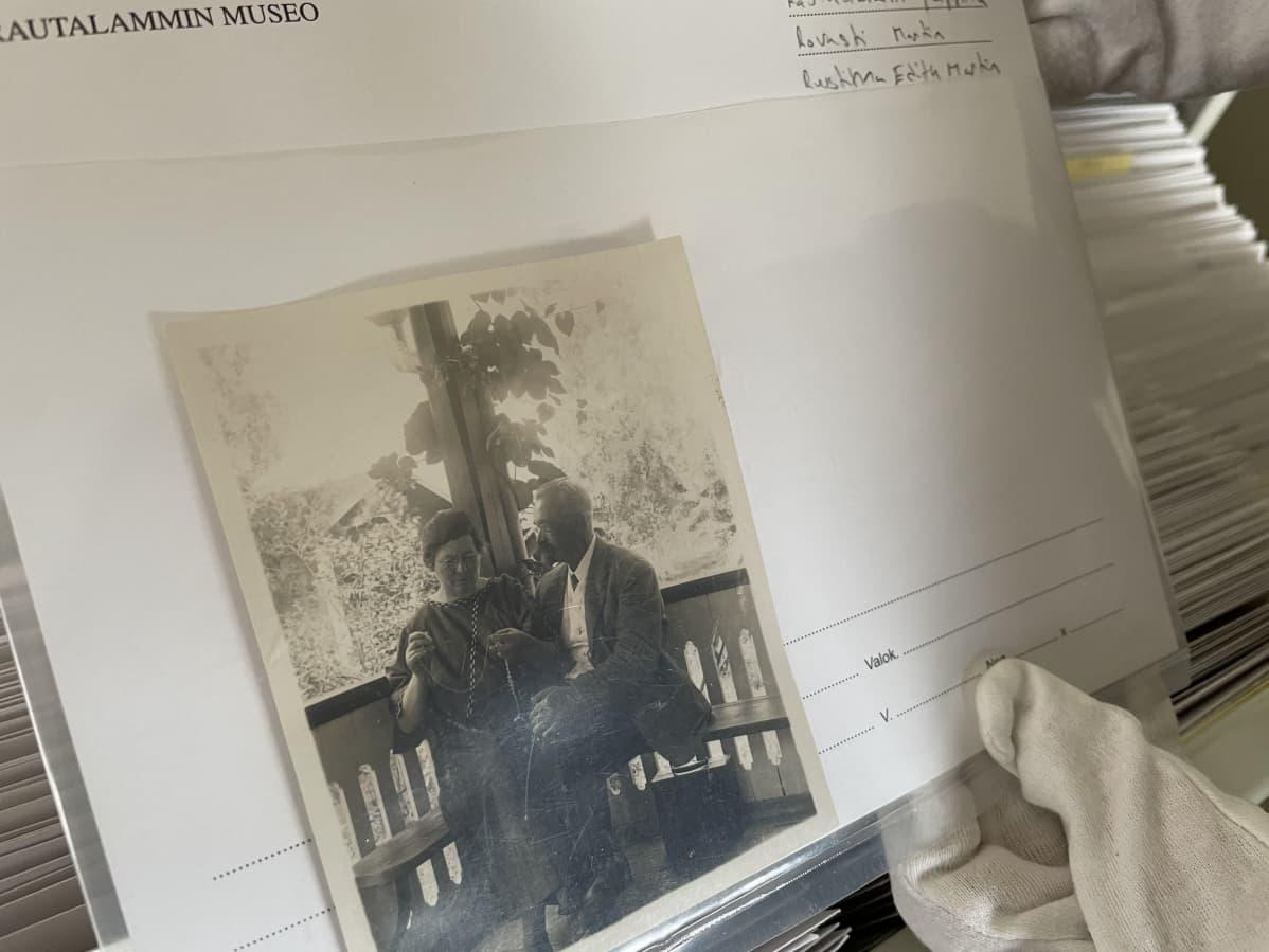 Vanha mustavalkoinen valokuva.