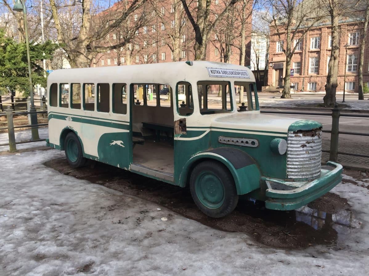 Leikkibussi Sibeliuksenpuistossa Kotkassa.