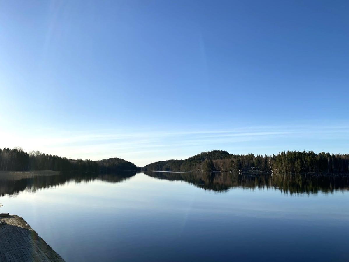 Kymijoki Asikkalan Kalkkisissa kirkkaana kevätaamuna kuvattuna.