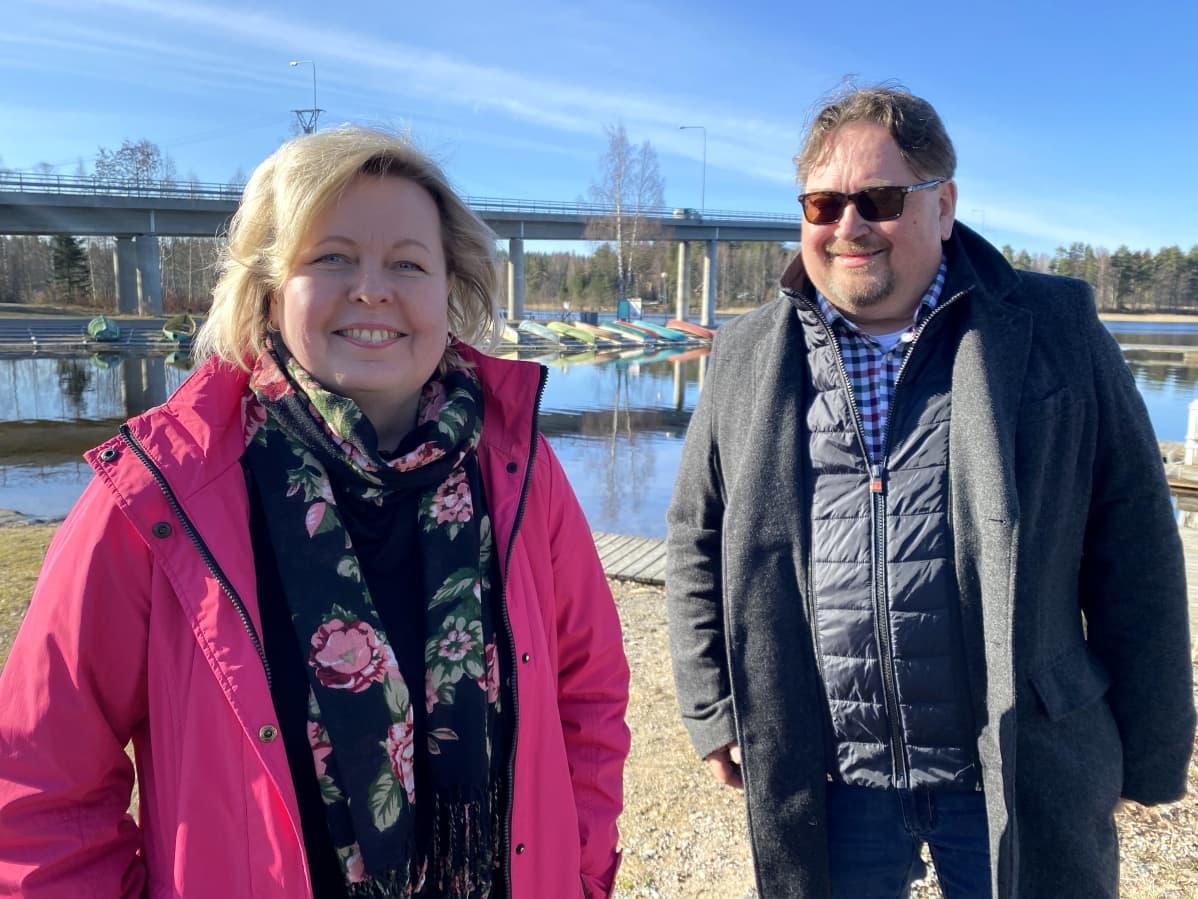 Kalkkisten seudun kyläyhdistyksen varapuheenjohtaja Minna Koskinen ja vapaa-ajan asukas Esa Mikkonen Kymijoen rannalla Asikkalan Kalkkisissa.