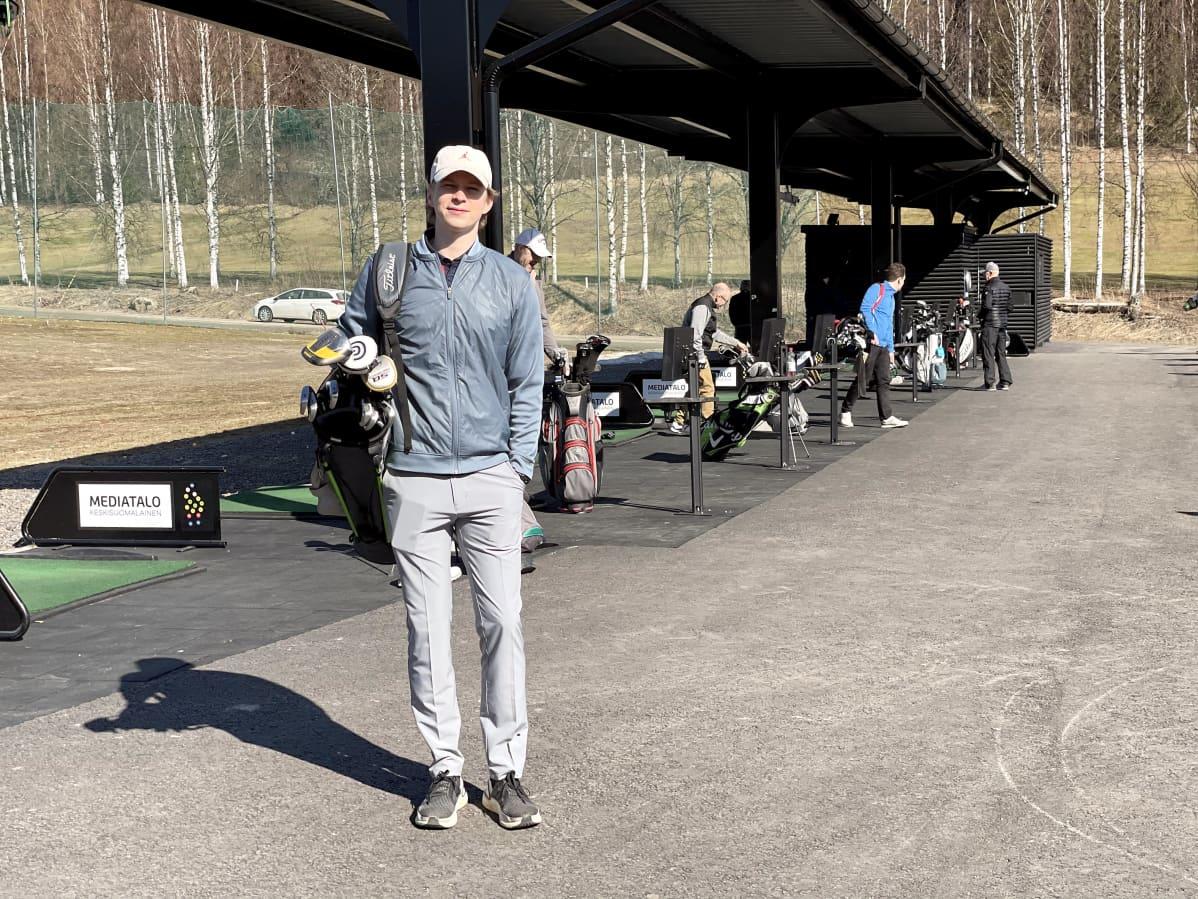 Aksu Kantonen pelaa golfia