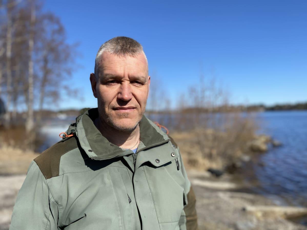 Harry Härkönen Saimaan rannalla.