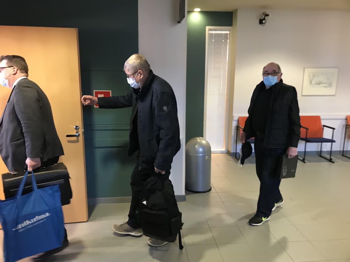 Asianajaja Mikko Toikka, Onkkaalanrivin hallituksen jäsen Veikko Tiainen ja osakas Sakari Jauhiainen kävelevät sisälle käräjäoikeuden istuntosaliin.