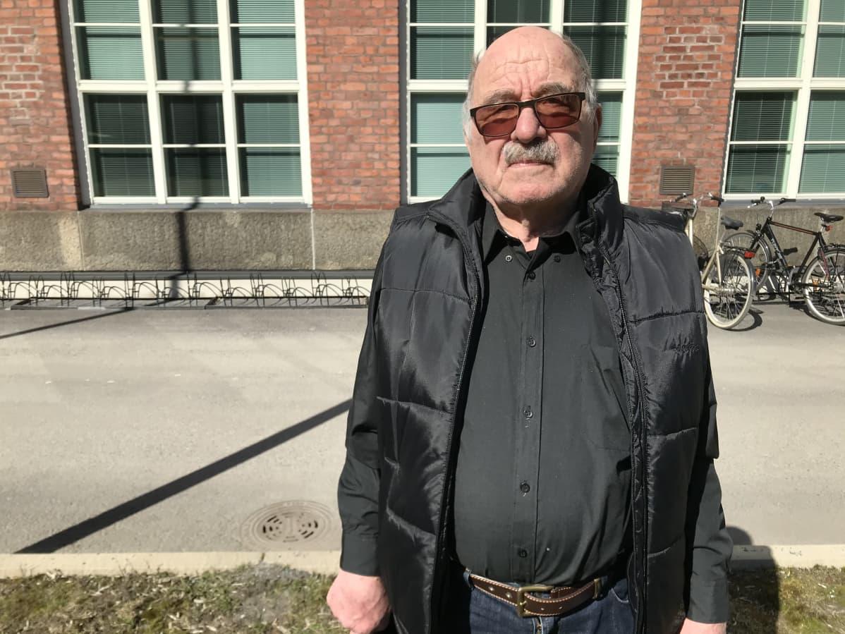 Asunto-osakeyhtiö Onkkaalanrivin osakas Sakari Jauhiainen seisoo Pirkanmaan käräjäoikeuden edustalla.
