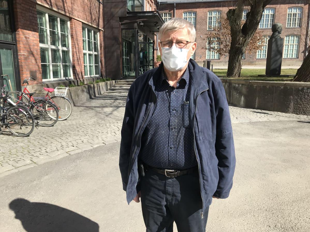 Asunto-osakeyhtiö Onkkaalanrivin hallituksen jäsen Veikko Tiainen seisoo Pirkanmaan käräjäoikeuden edustalla.