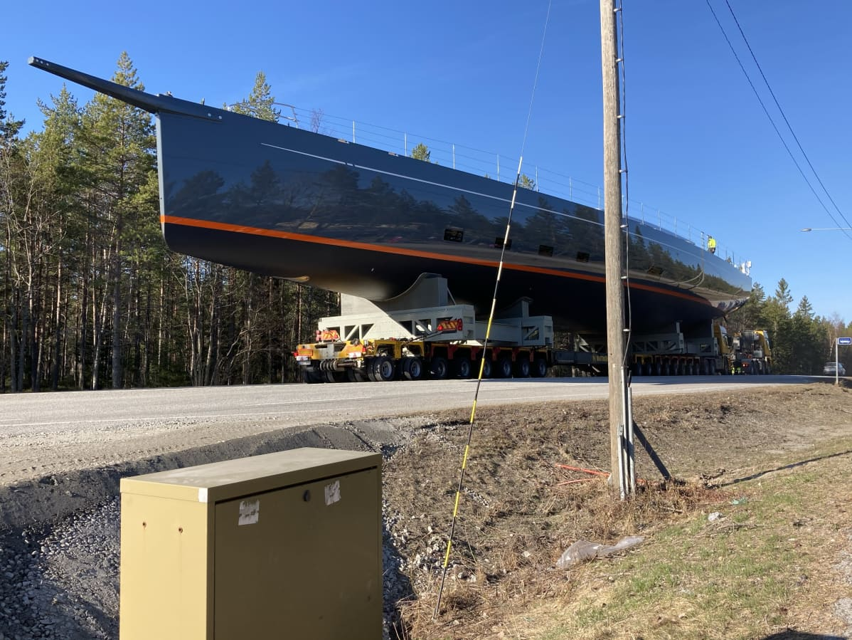 Suurta purhevenettä kuljetaan tiellä.