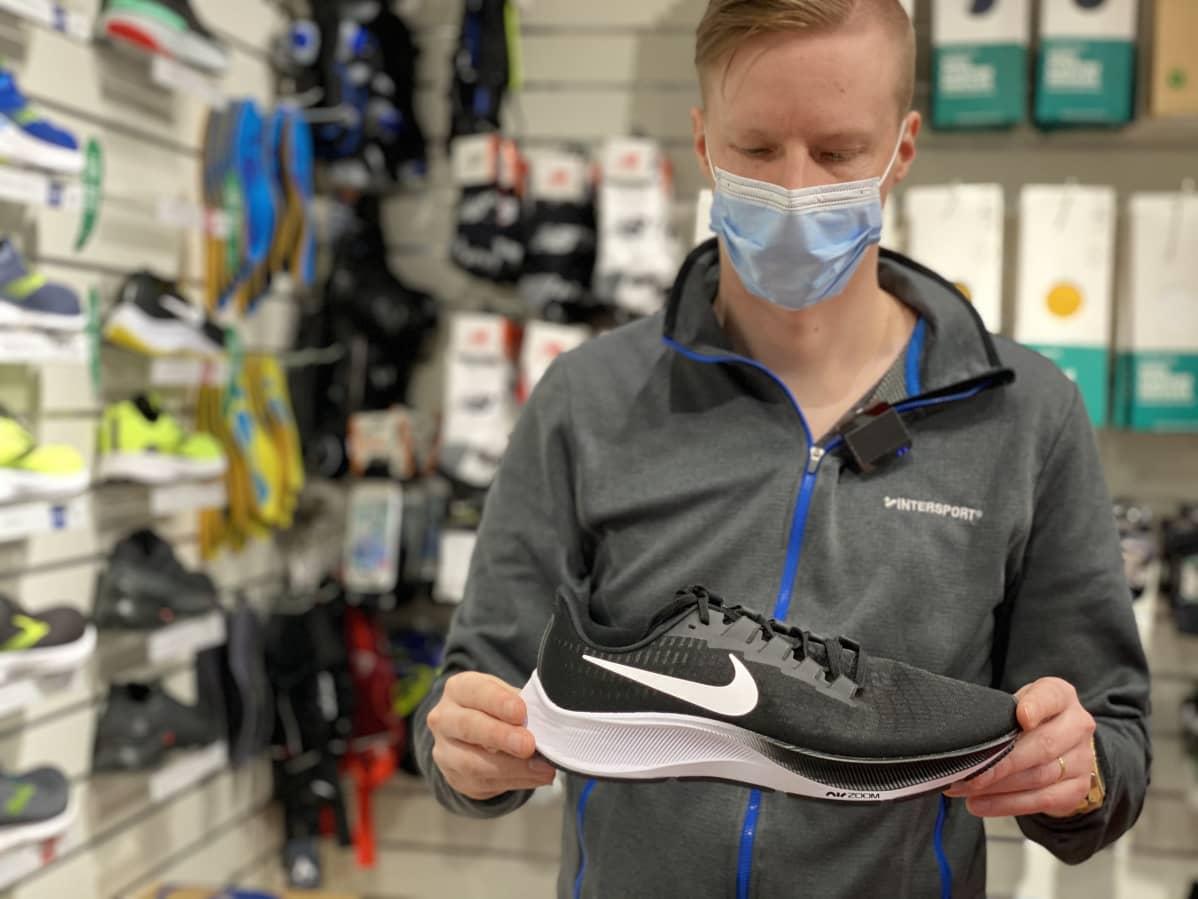 Jalkinemyyjä Timo Halme esittelee Niken perinteistä juoksukenkämallia