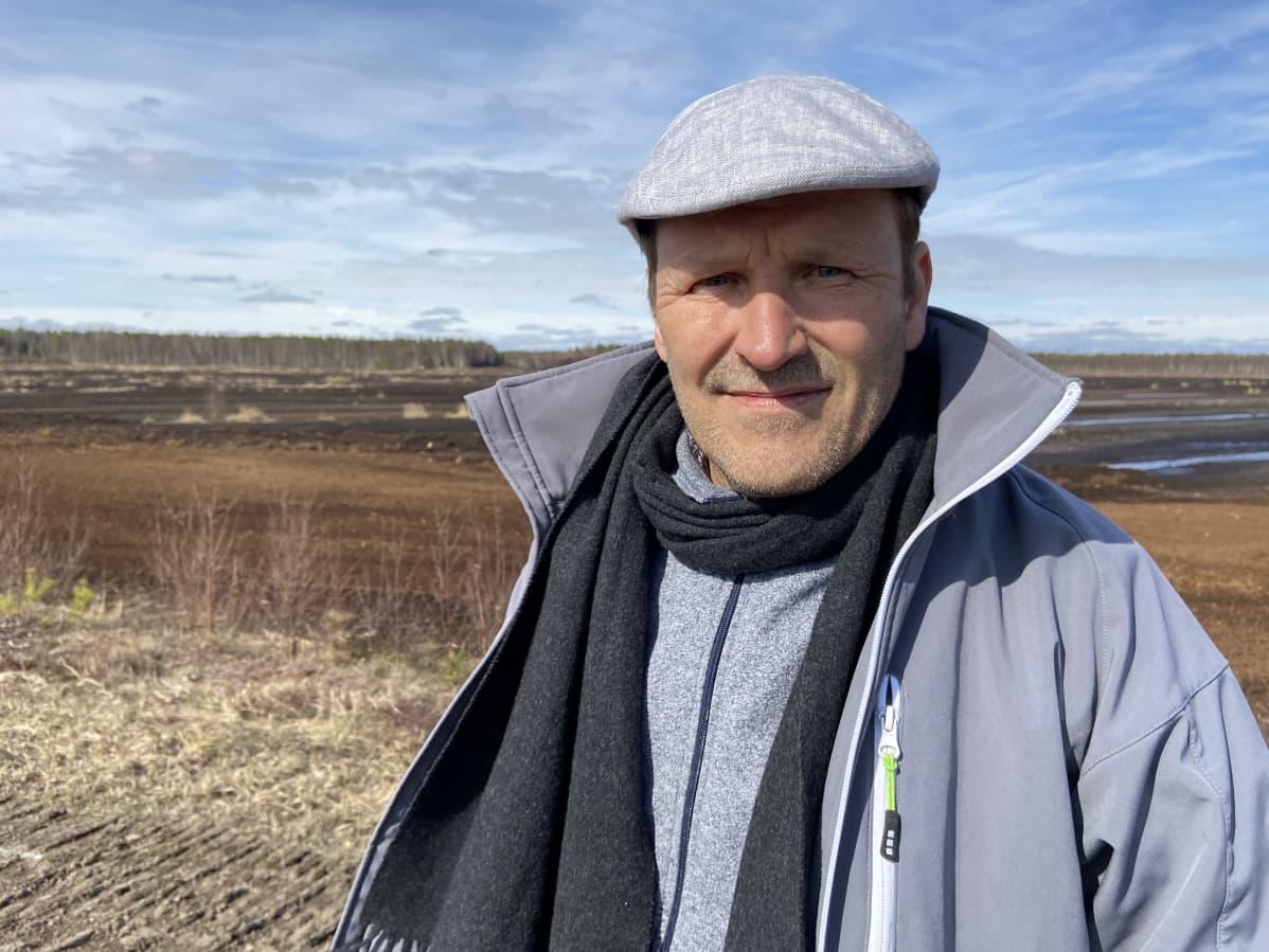 EPV Bioturpeen toimitusjohtaja Timo Orava turvepellolla.