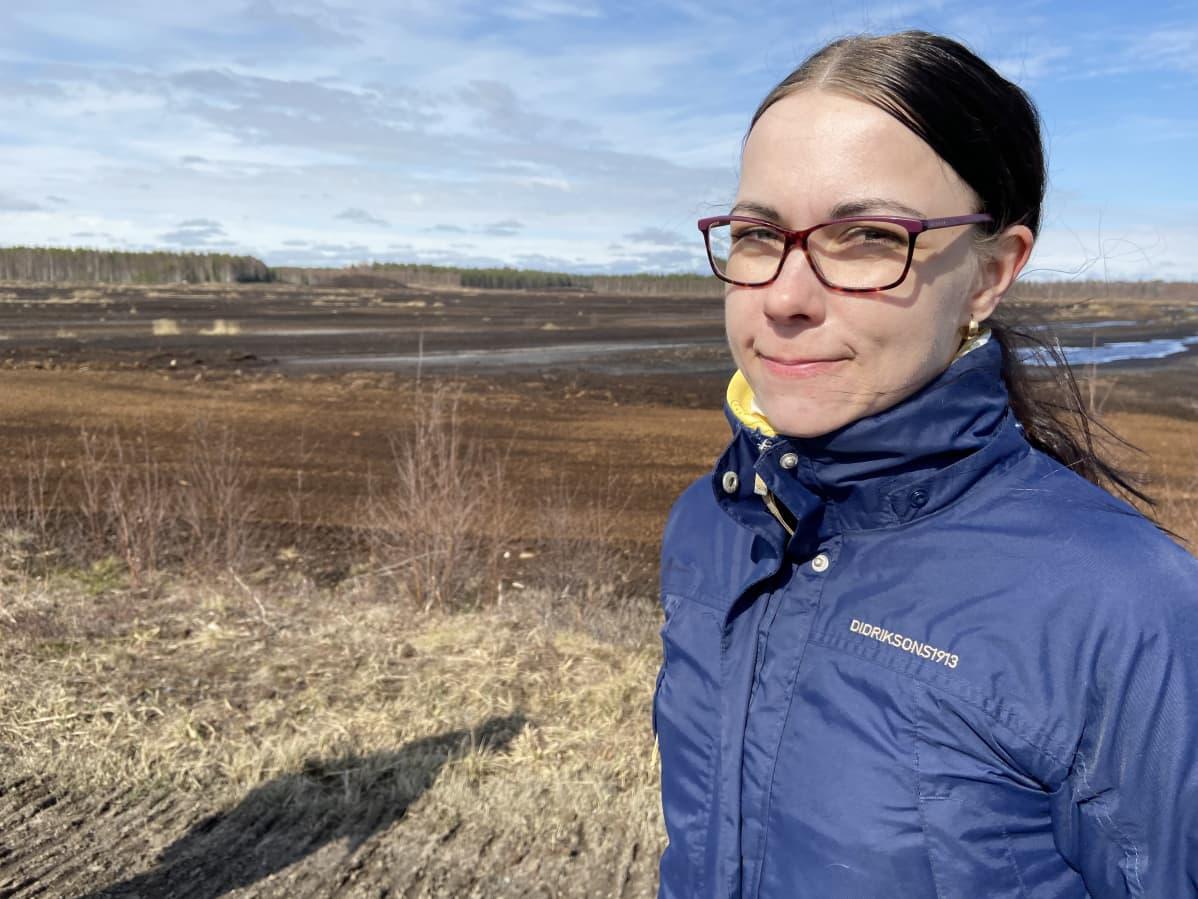 EPV Energian ympäristöasiantuntija Menna Luhtala turvesuolla Lapuan Heininevalla.