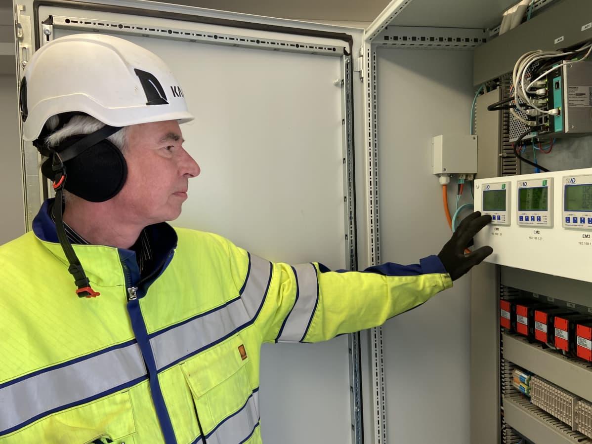EPV Energian automaatio- ja sähköpäällikkö Jari Heinilä tutkii, miten aurinkopaneelit ovat tuottaneet talven aikana.