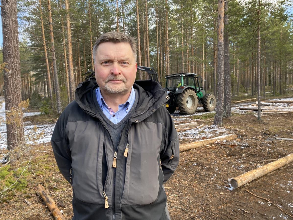 Hämeen ammattikorkeakoulun koulutuspäällikkö Antti Sipilä metsässä Lammin Evolla.