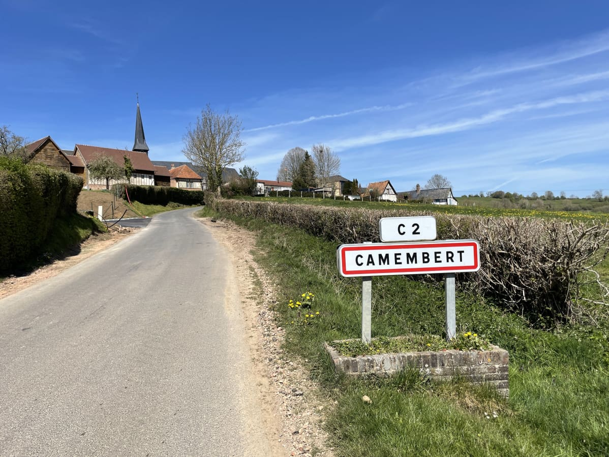 Camembert-kyltti pikkukylän edustalla