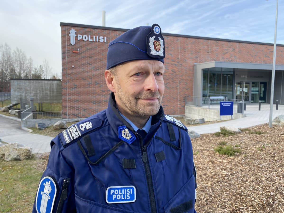 Ylikomisario Jouni Takala Hämeen poliisilaitoksen edessä.