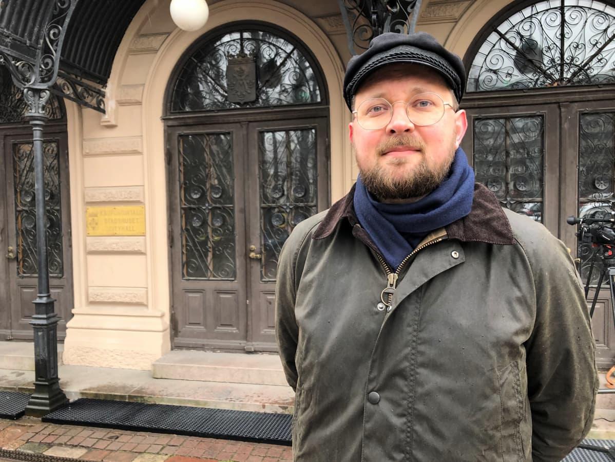 Tutkija Topi Artukka on perehtynyt seurapiirien historiaan.