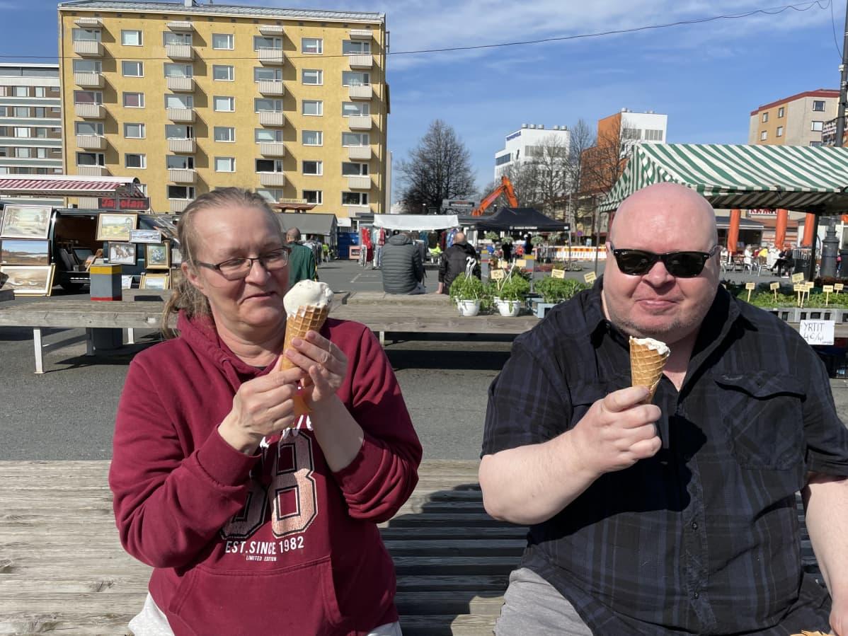 Arja Lintunen ja Pekka Manninen jäätelöllä Tammelan torilla