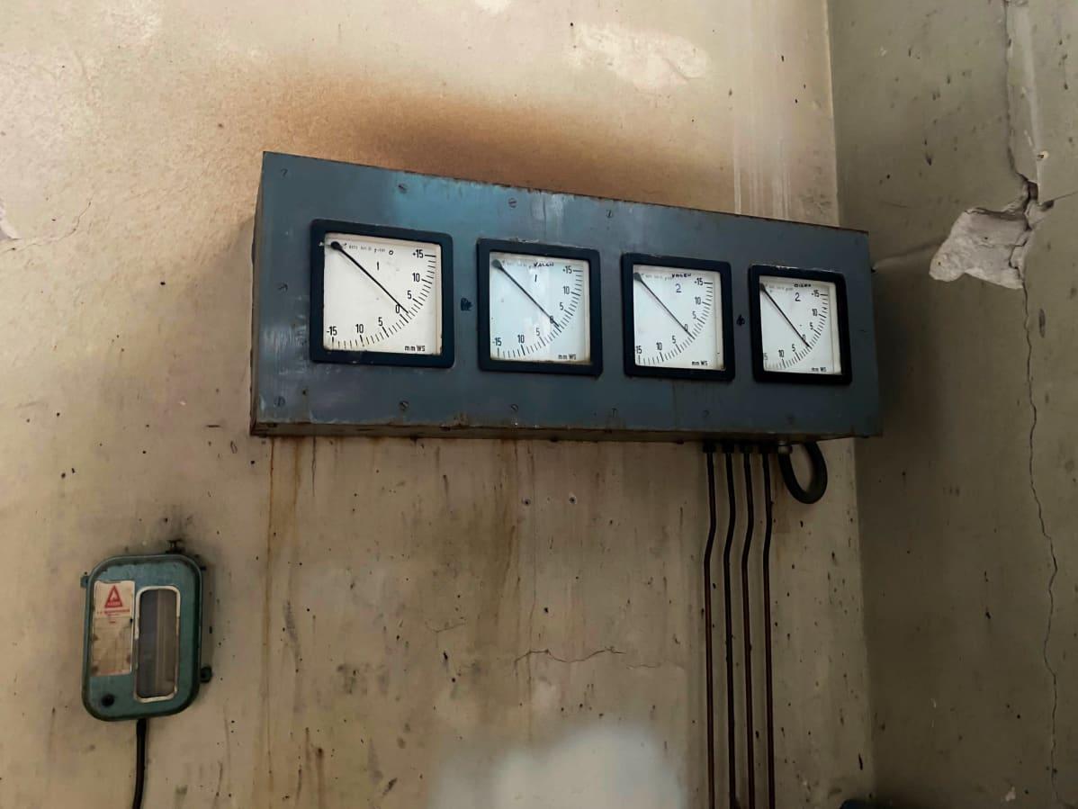 erilaisia mittareita seinässä