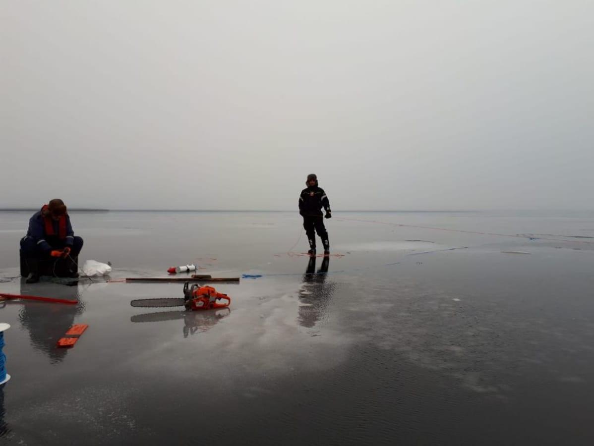 Ammattikalastaja Jani Äärelä seisoo Lokan tekojärven jäällä verkkonaru kourassaan perjantaina 16.11.2018.