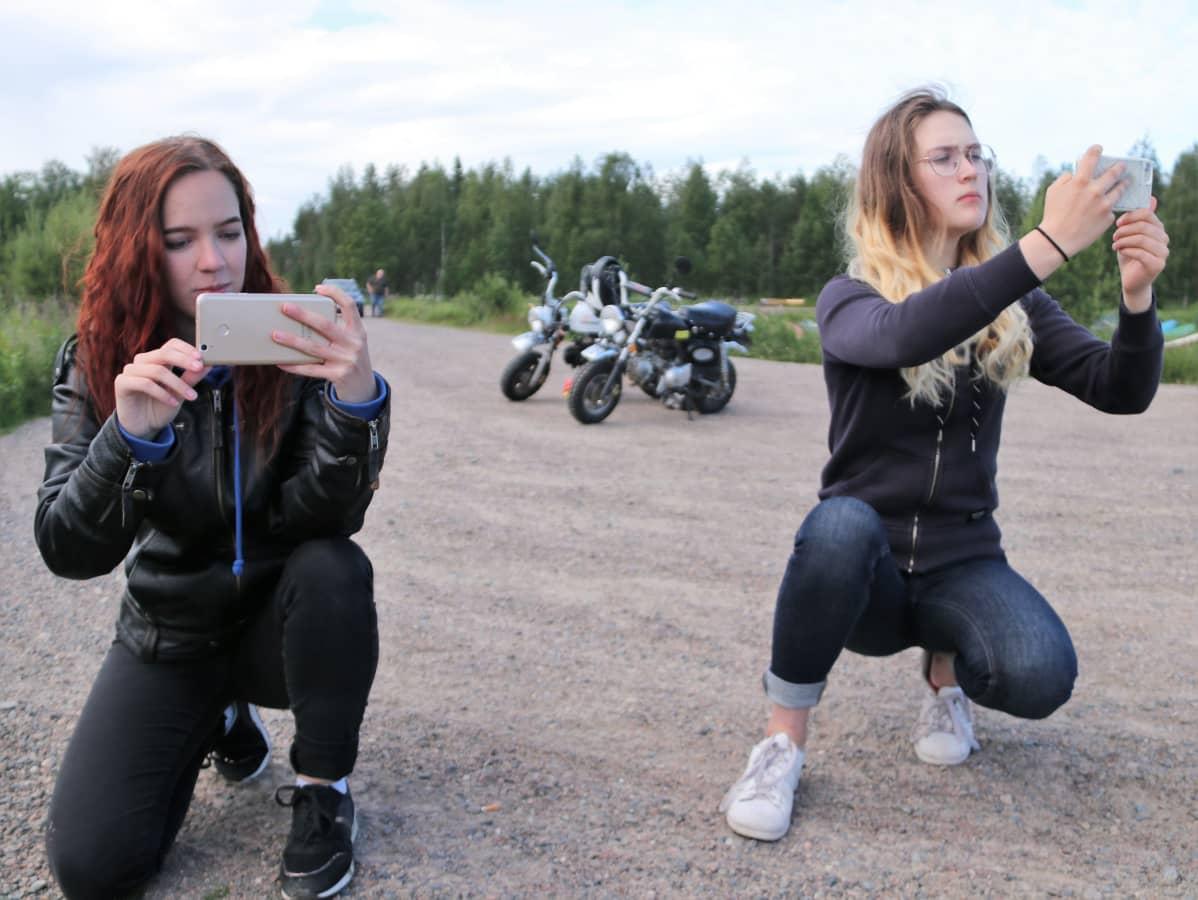 Siikalatvan moposomettajat  Sarita Kuronen ja Vilma Heikkonen.