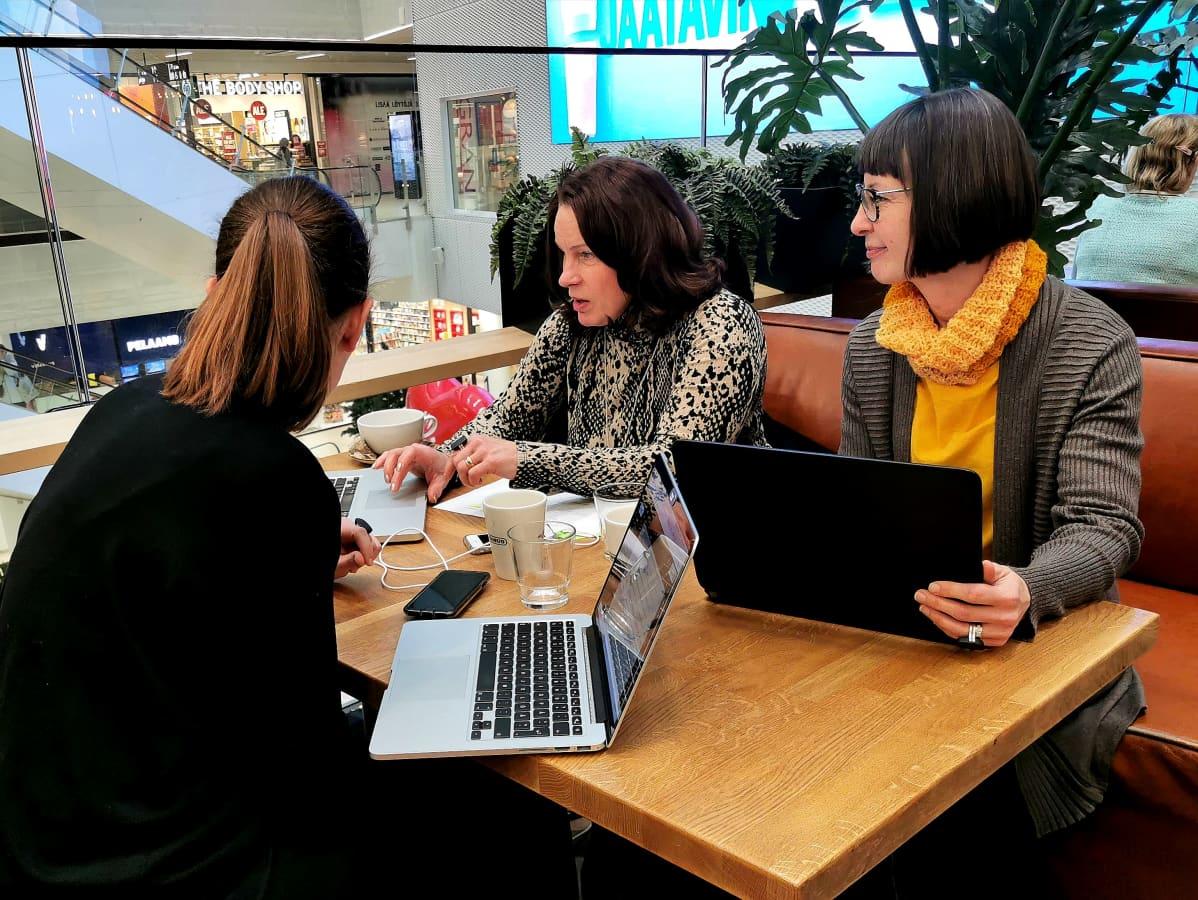Henna Salonius, Susanna Heposaari ja Niina Venho Moodmetric Oy:stä suunnittelevat kahvilassa uusia verkkosivuja yhtiölle.