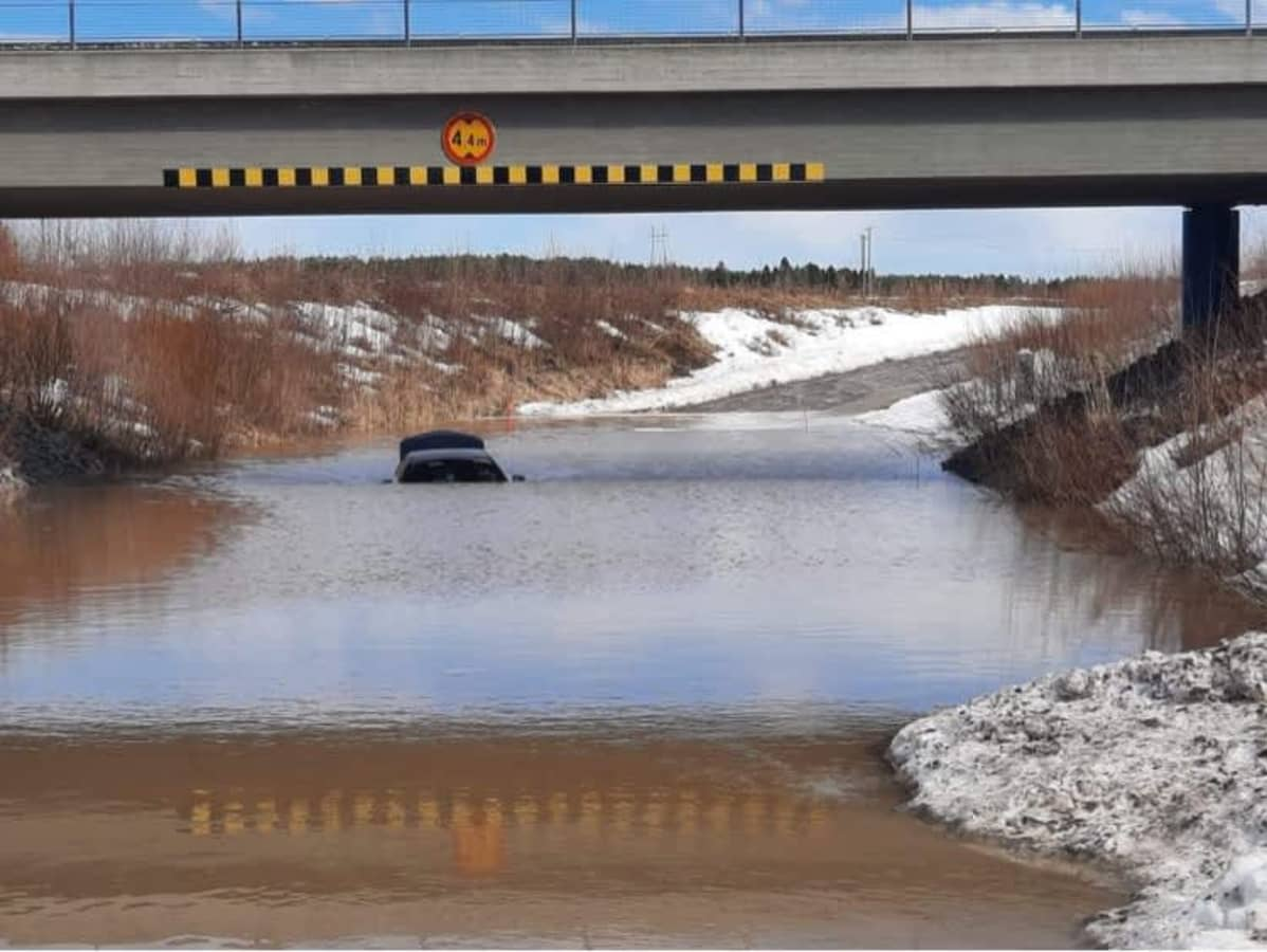 auto jäänyt sulaneen veden alle alikulkutiellä