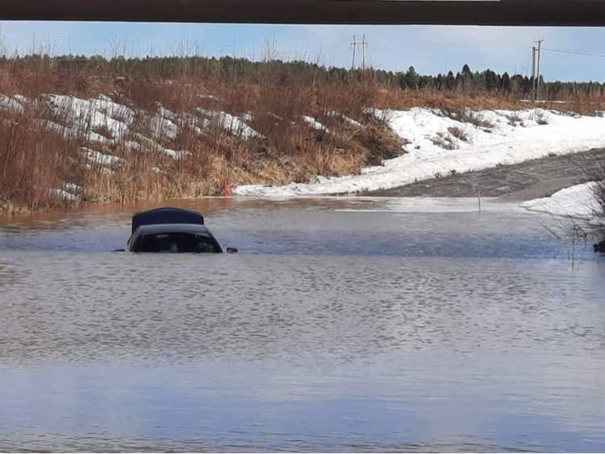 Auto uponnut tulvaveteen Härmässä