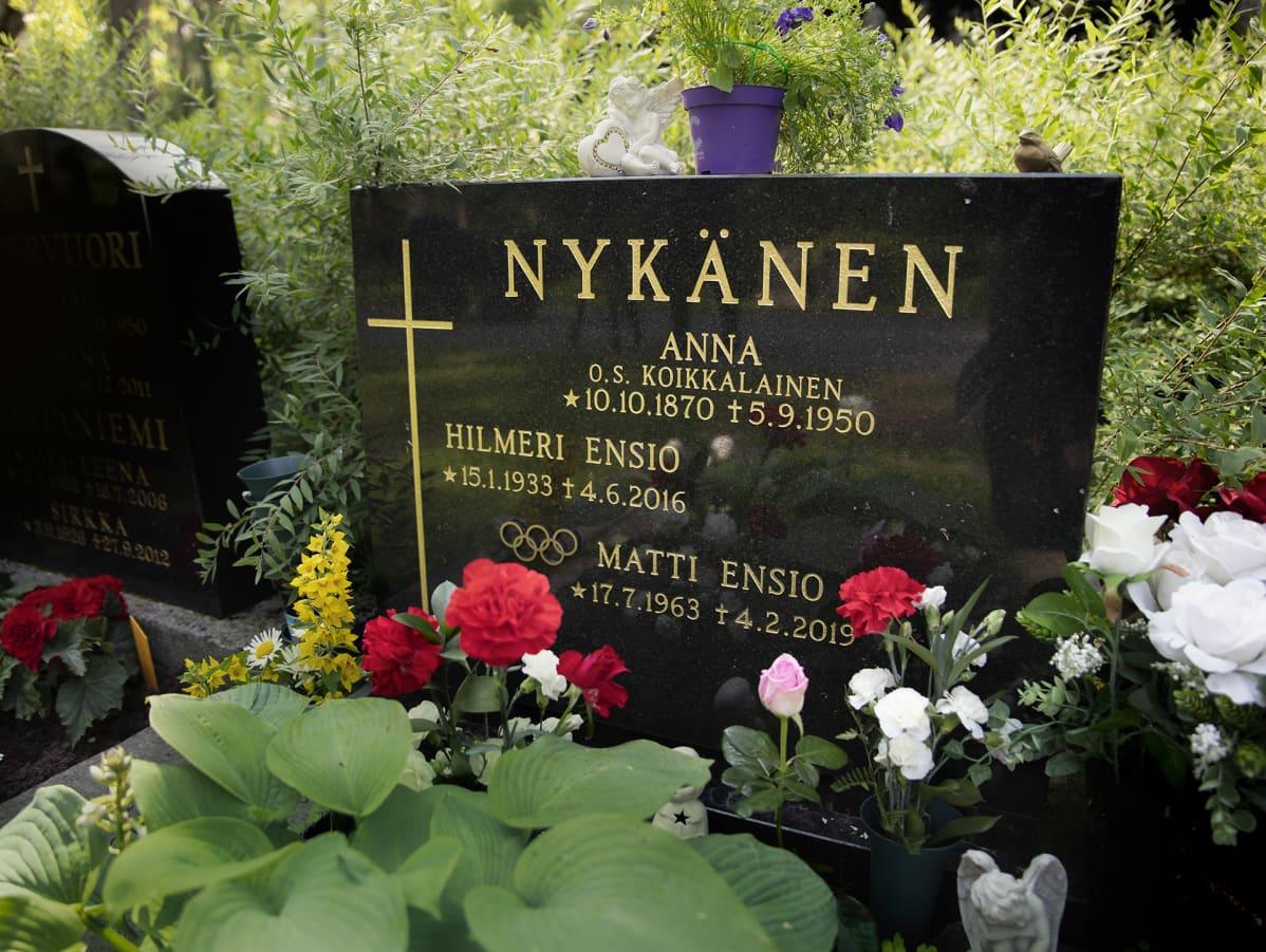 Matti Nykäsen hautakivi Jyväskylässä.