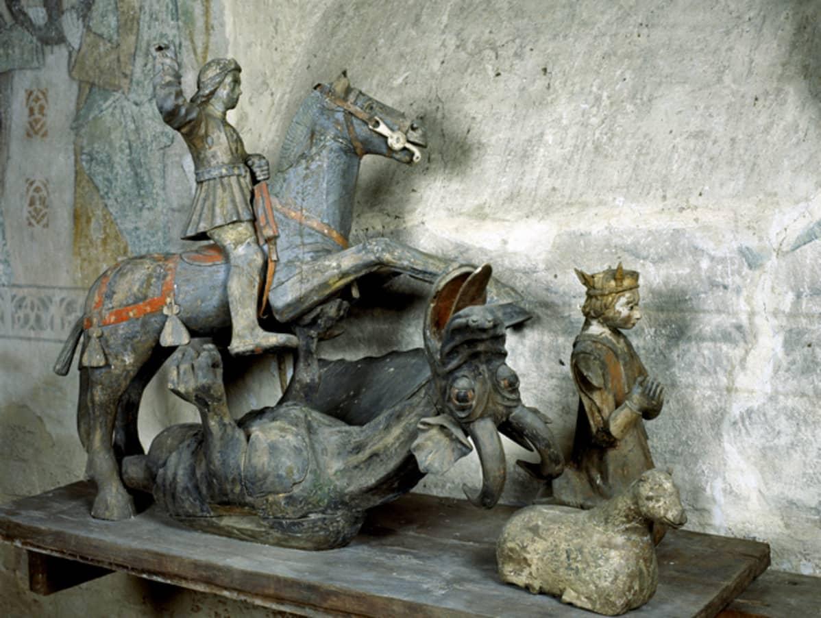 Puupatsas polvistuvasta Pyhästä Margaretasta ja ratsastavasta Pyhästä Yrjänästä