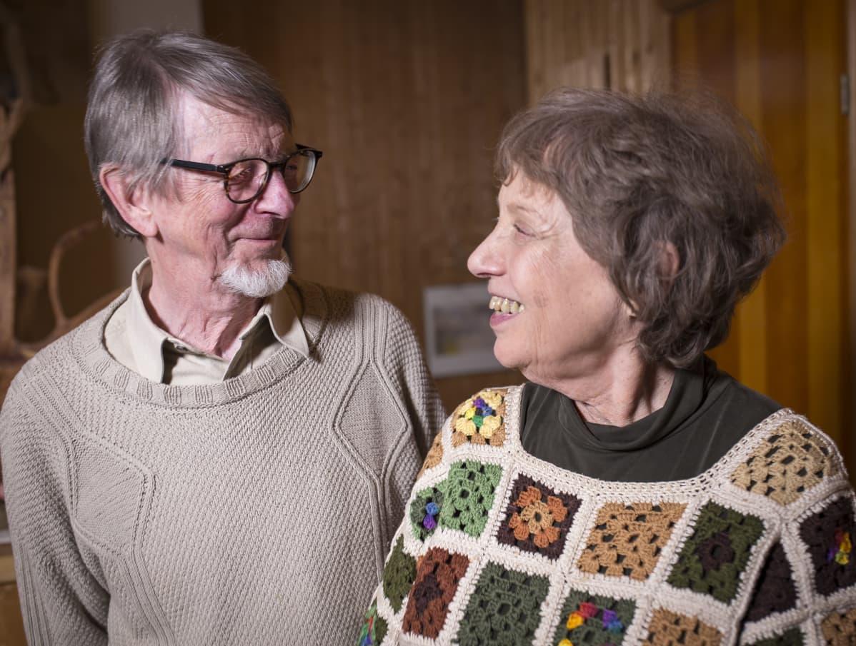 Pentti ja Liisa Tuovinen kotonaan.