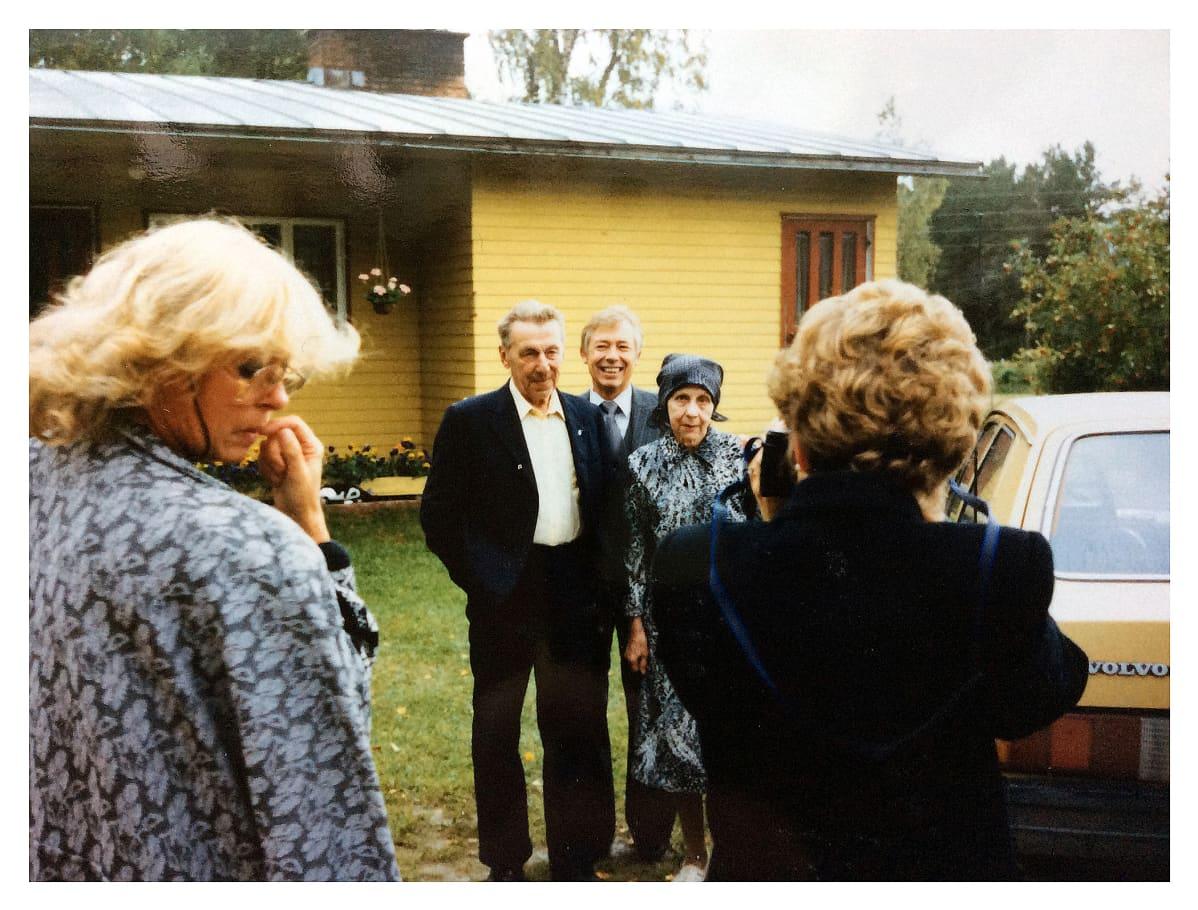 Mike Markkula sukulaisten keskellä