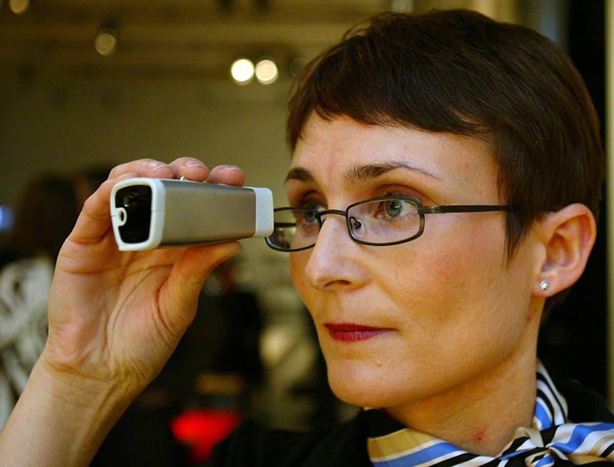 Nokian markkinointijohtaja Nina Nummentalo esitteli Nokia Kaleidoscope I -laitetta vuonna 2003.