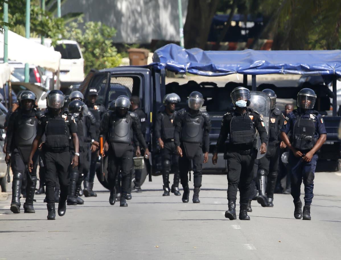 Poliisi piiritti Henri Konan Bédién asuinaluetta Abidjanissa Norsunluurannikolla 3. marraskuuta 2020.