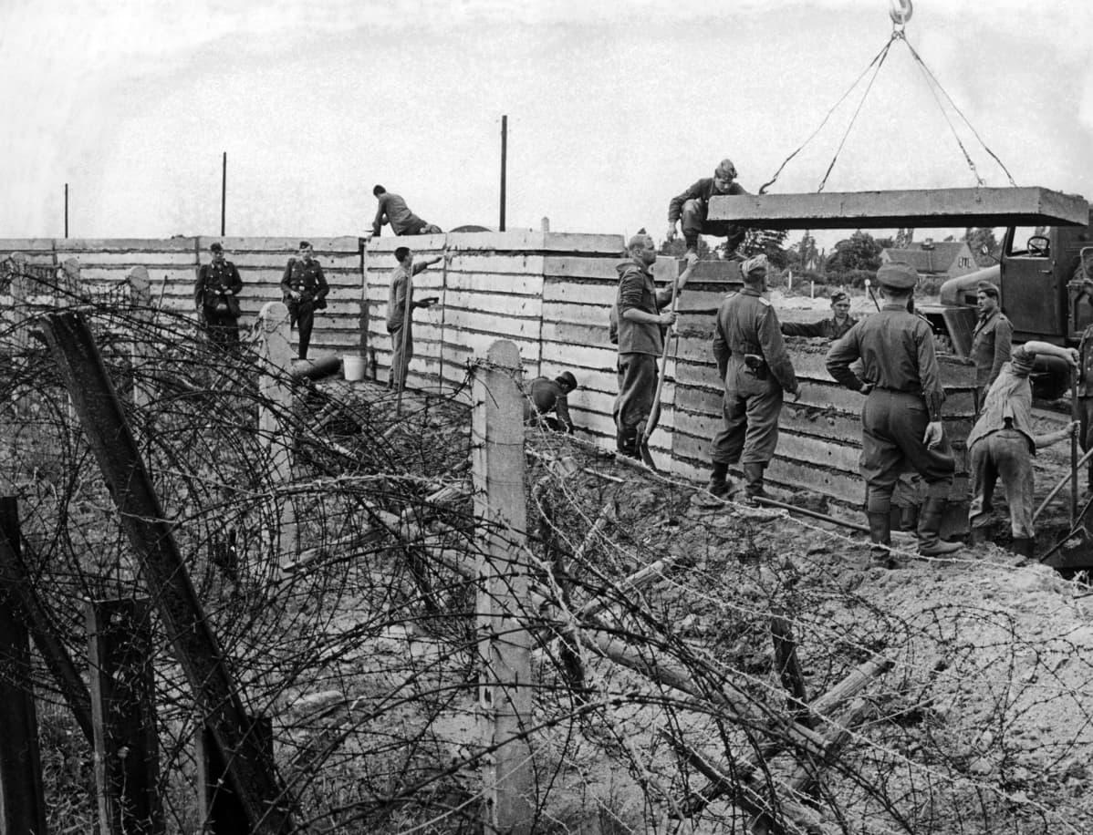 Berliinin muuria rakennetaan.