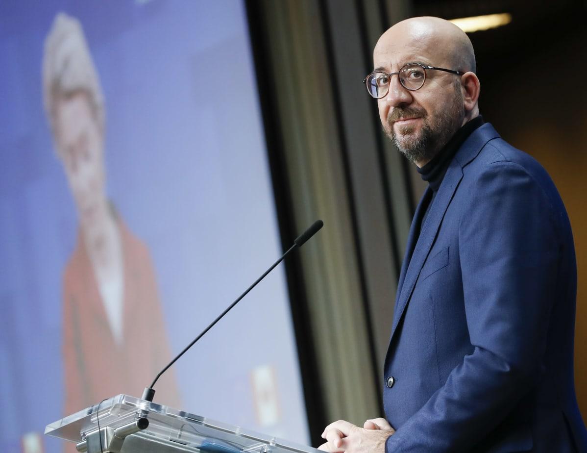 Europeiska rådets ordförande Charles Michel. På en skärm framför honom syns kommissionsordföranden Ursula von der Leyen.