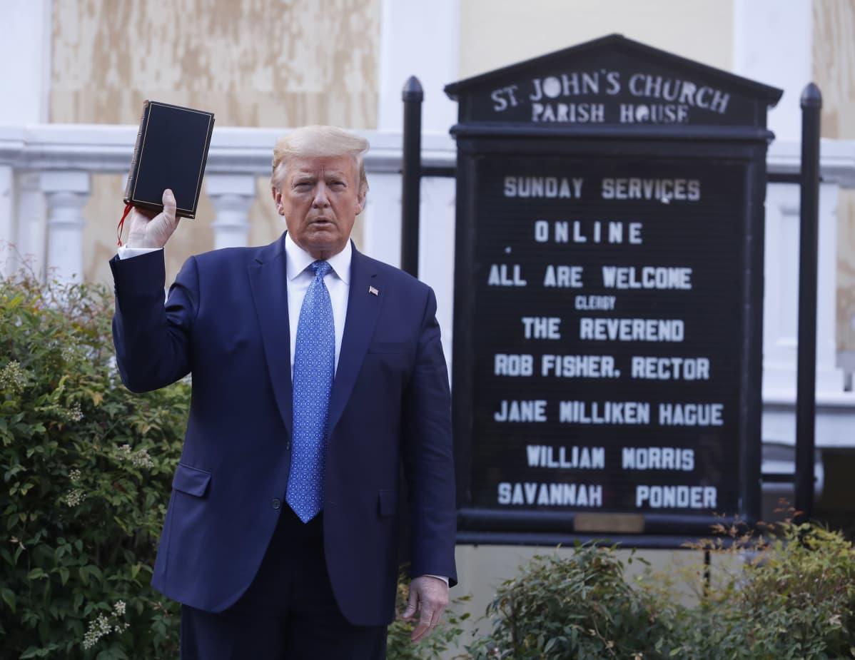 Trump poseeraa raamattu kädessä kirkon edustalla Washington DC.