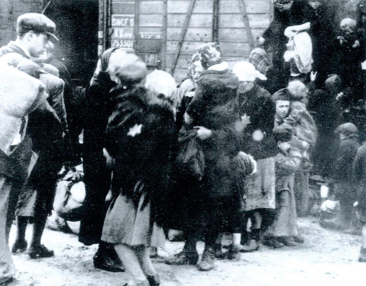 Juutalaisia kuljetetaan keskitysleireille Itä-Euroopassa vuonna 1942.