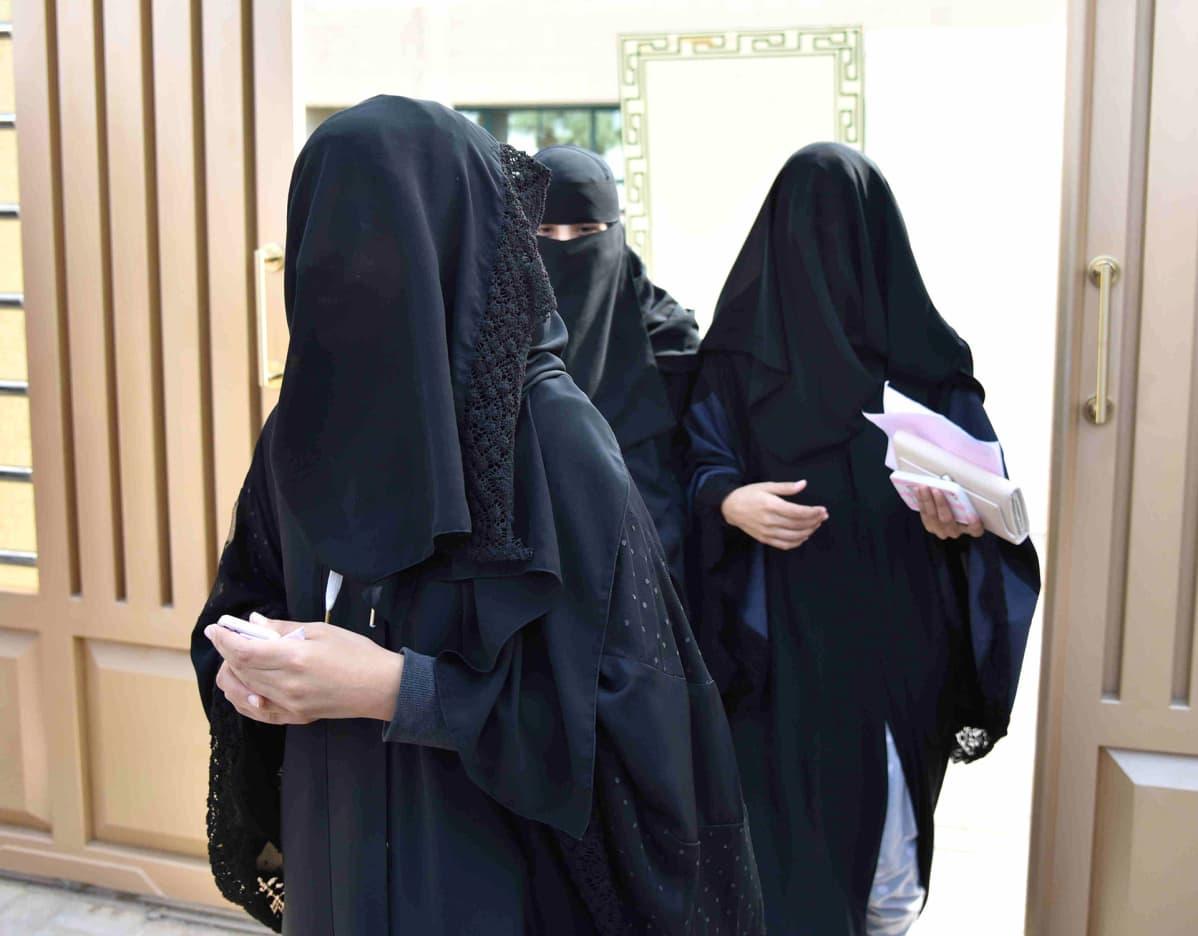 Naiset poistuvat Riadin kunnallisvaalien äänestyspaikalta.