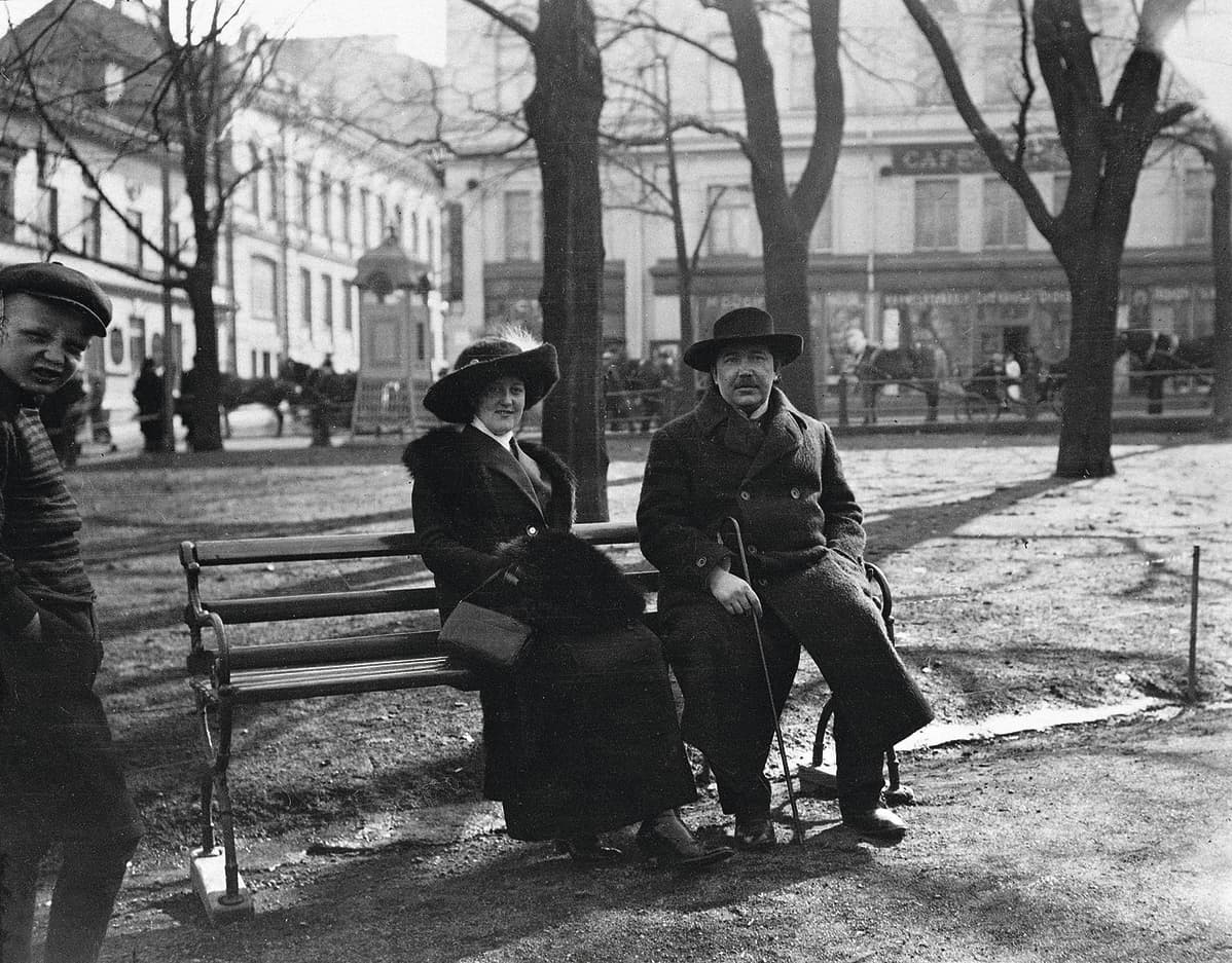Aino Kajanus ja Eino Leino Esplanadin puistossa 1913.