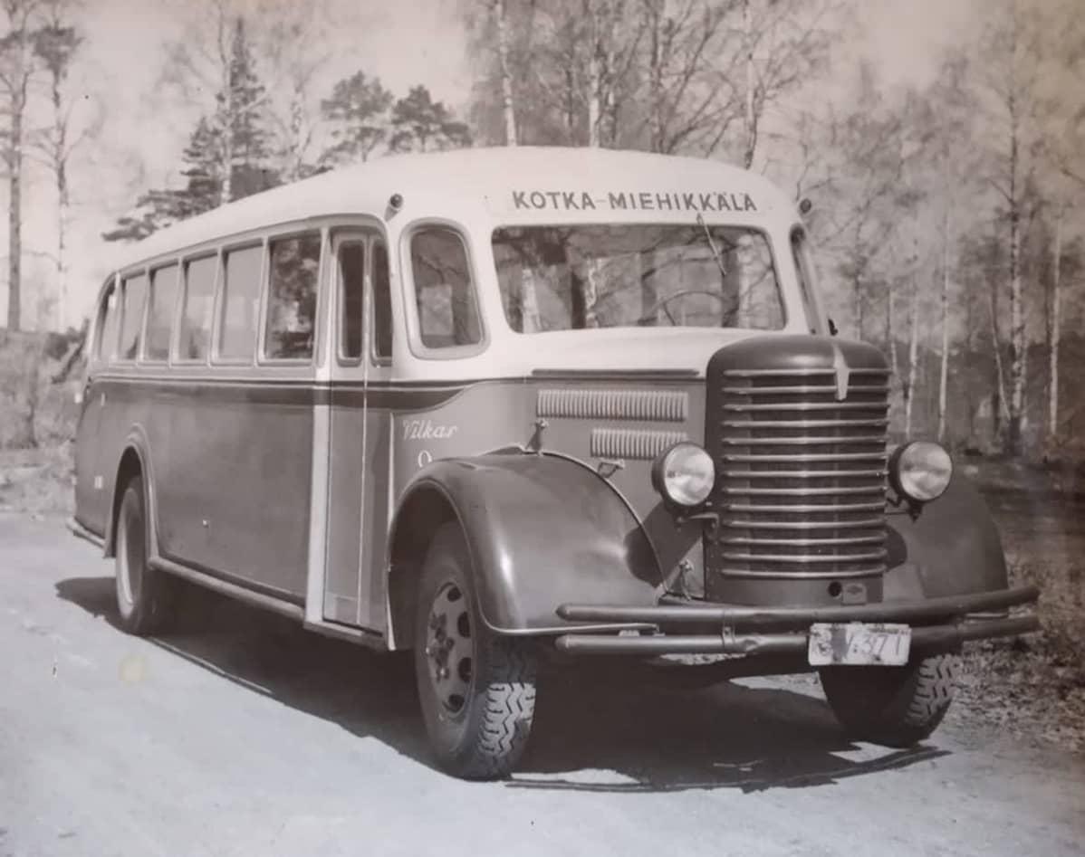 Vanha kuva Sisu-linja-autosta.
