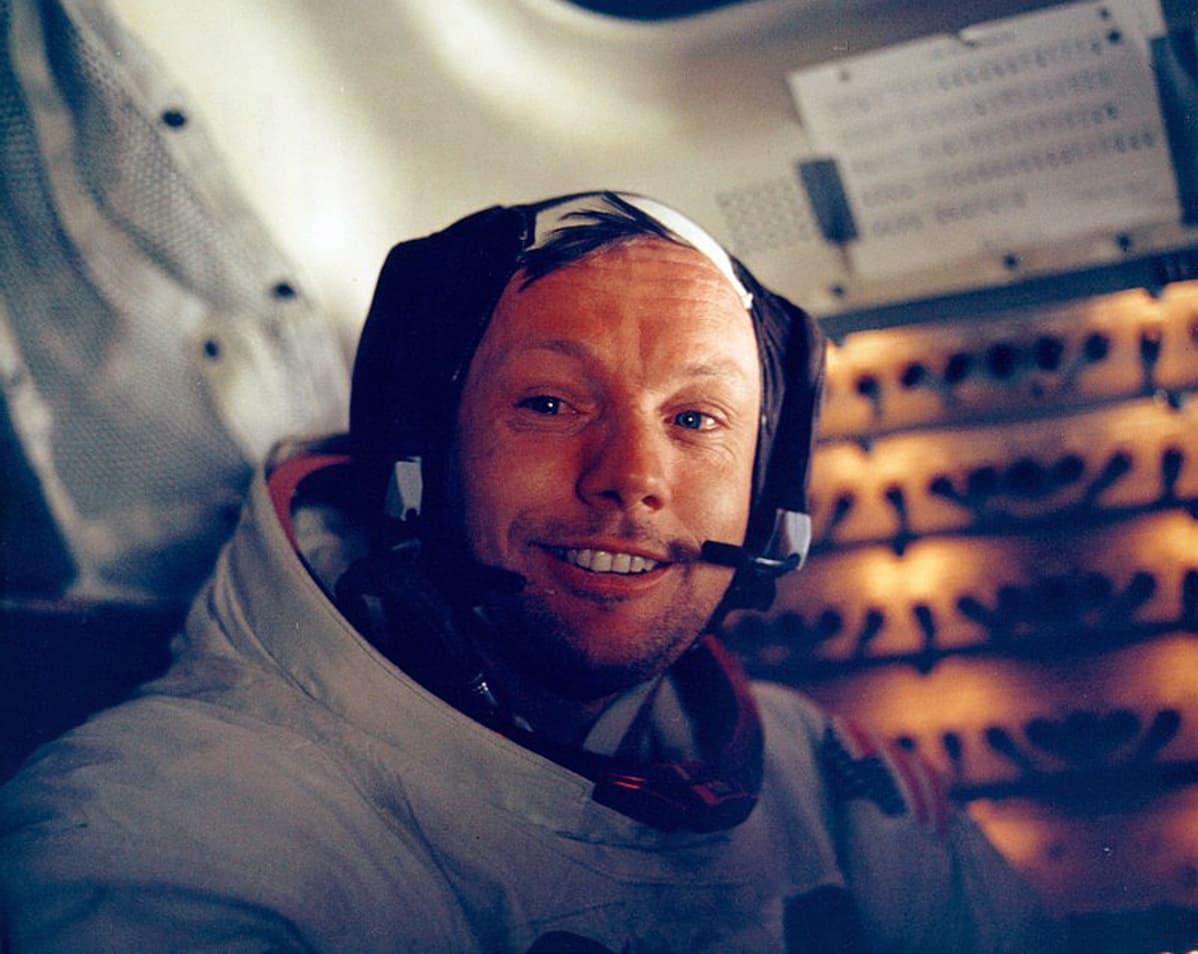 Neil Armstrong kuumoduulissa Apollo 11 -lennolla.