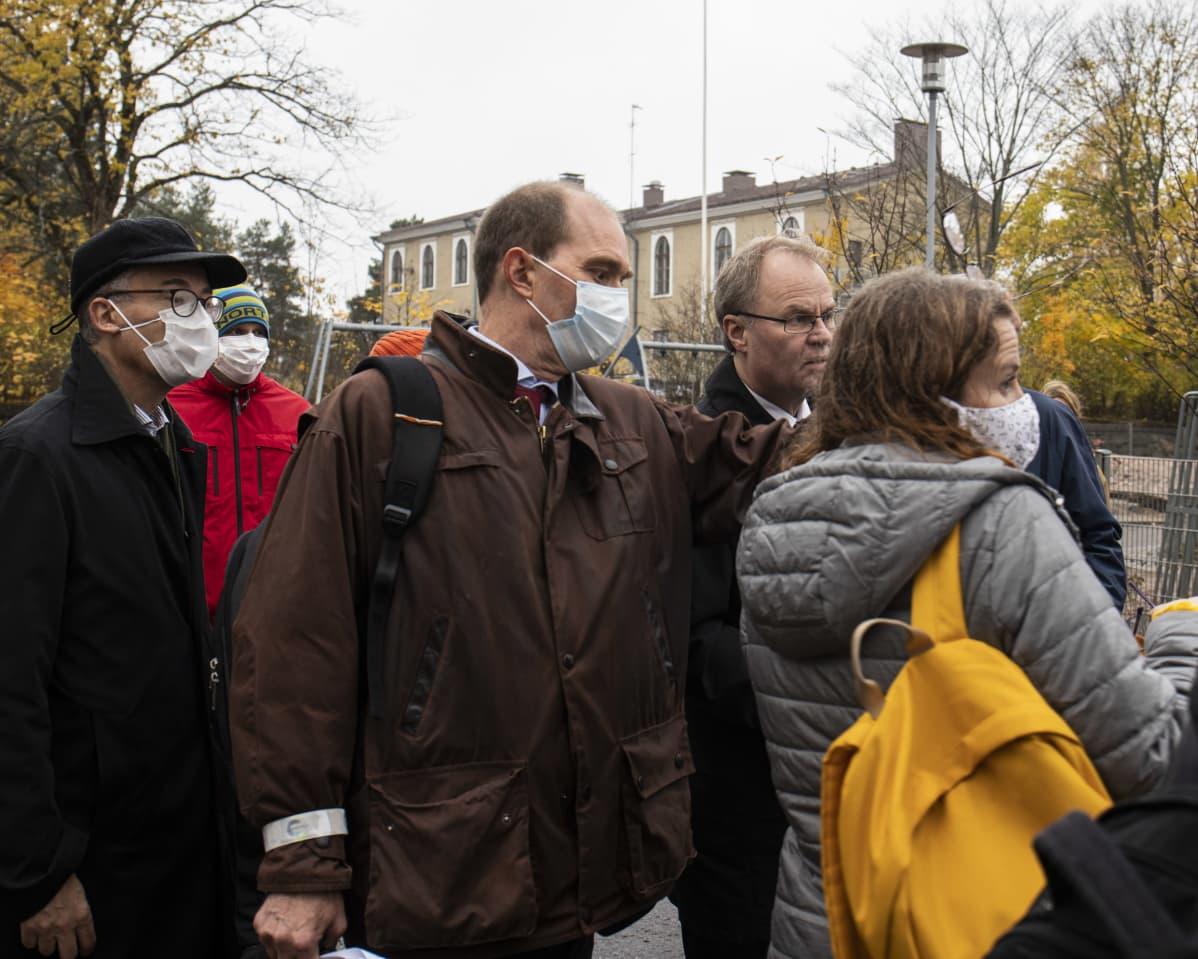 KHO:n oikeusneuvos Mika Seppälä muiden KHO:n jäsenten ja asukkaiden ympäröimänä.