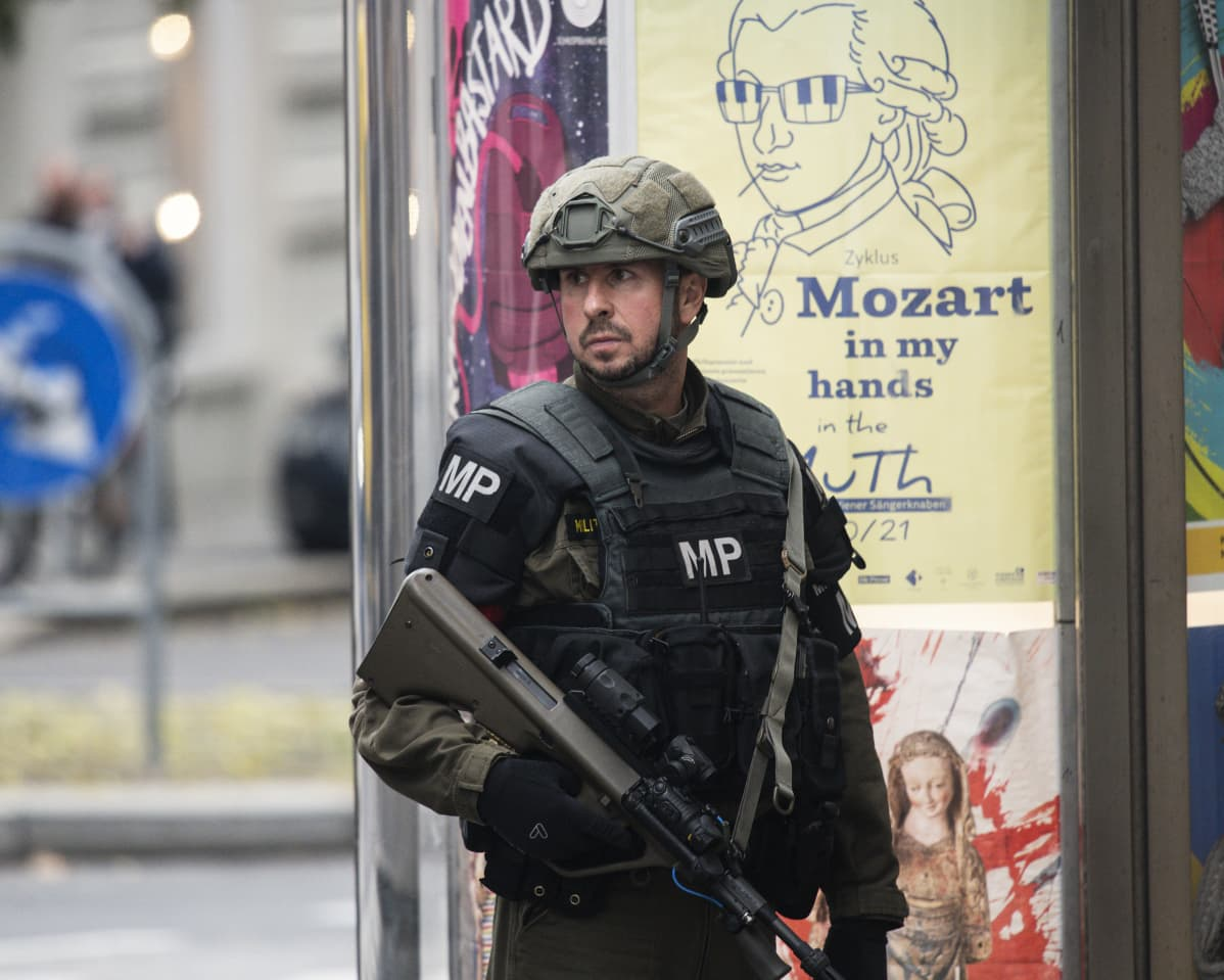 Itävallan armeijan poliisi partioi Wienin keskustassa.