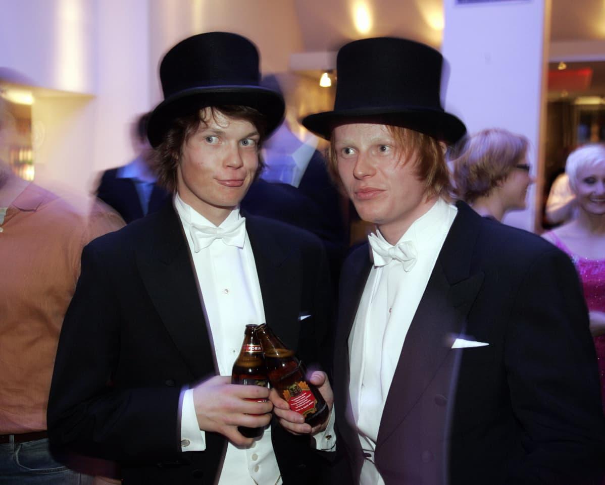 Lumilautailijat Antti Autti (vas.) ja Risto Mattila Linnan juhlissa 6.joulukuuta 2005.