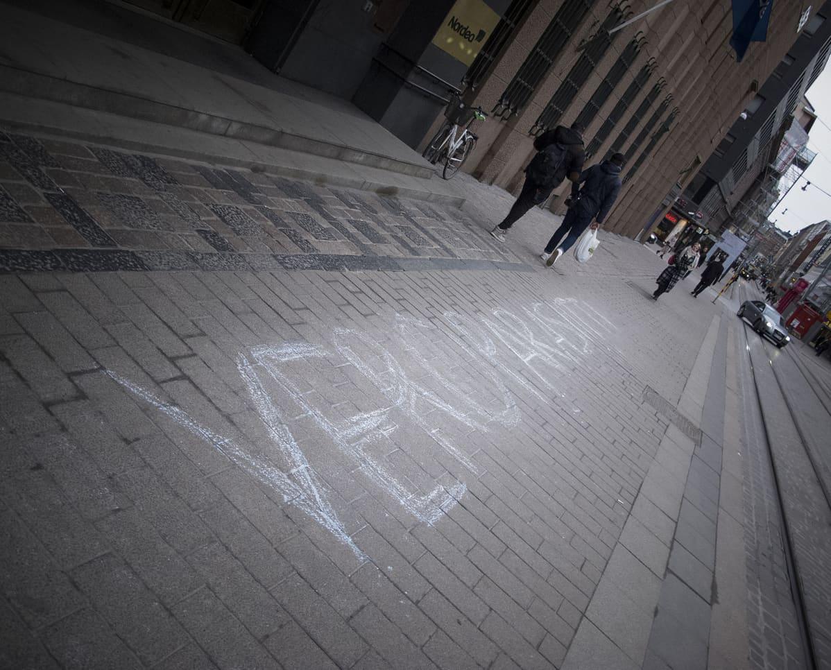 Joku oli kirjoittanut Nordean Helsingin Aleksanterikadun pankkikonttorin eteen liiduilla veroparasiitti-sanan tiistaina 6. huhtikuuta 2016.