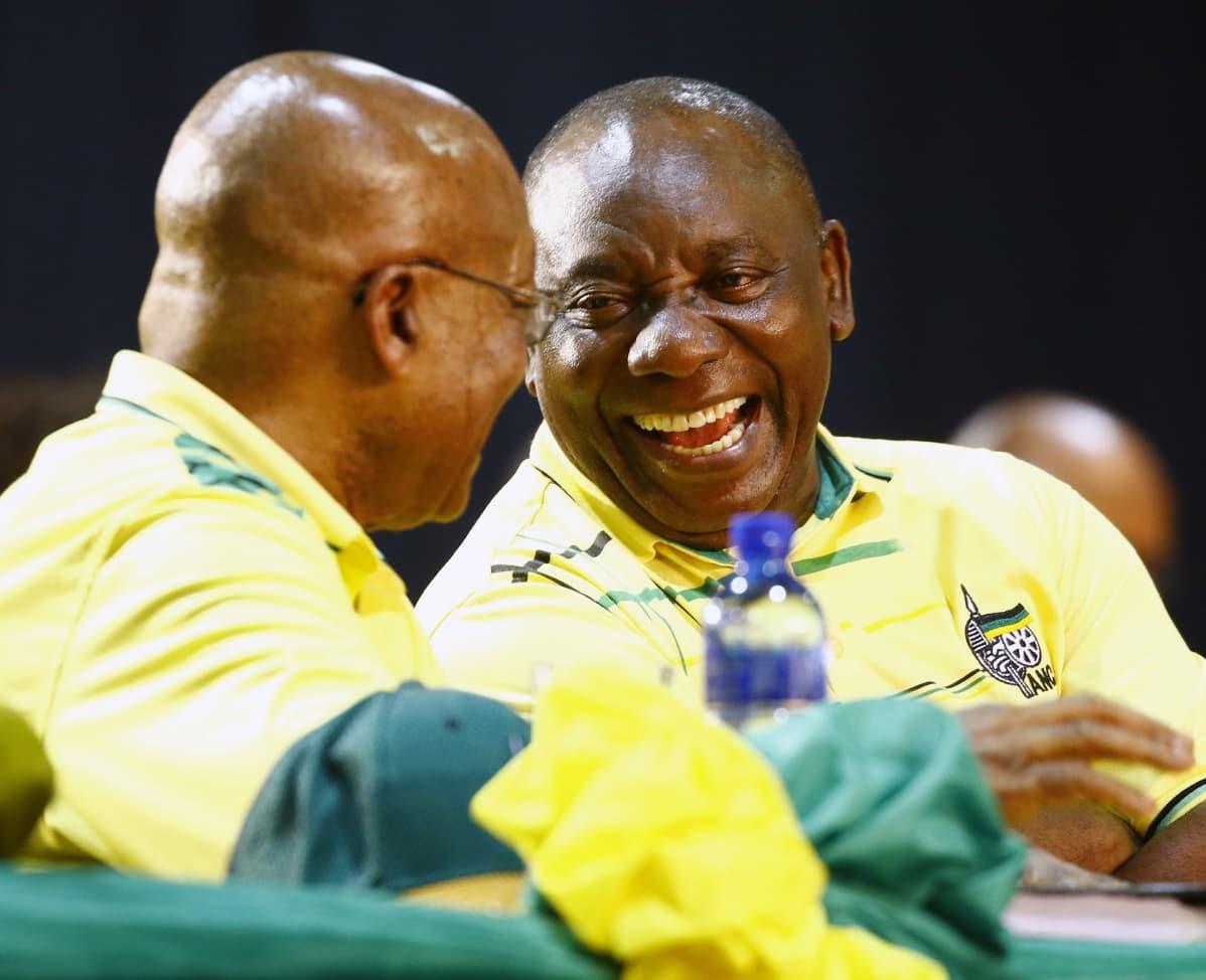 Cyril Ramaphosa (oik.) keskusteli Etelä-Afrikan presidentin Jacob Zuman kanssa ANC:n puoluekokouksessa 16.12.2017.