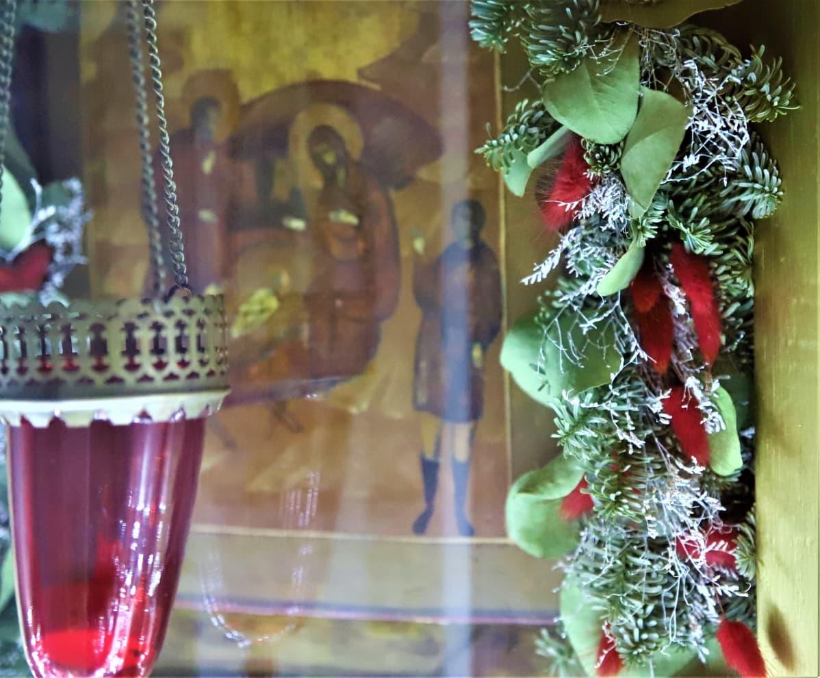 joulukoristeita ikkunassa