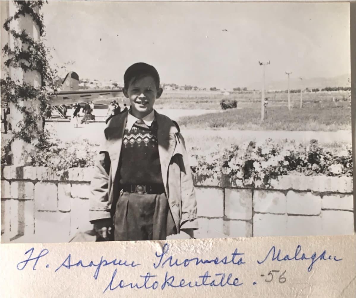 Hannu Hallamaa on juuri saapunut Malagan lentokentälle vuonna 1956