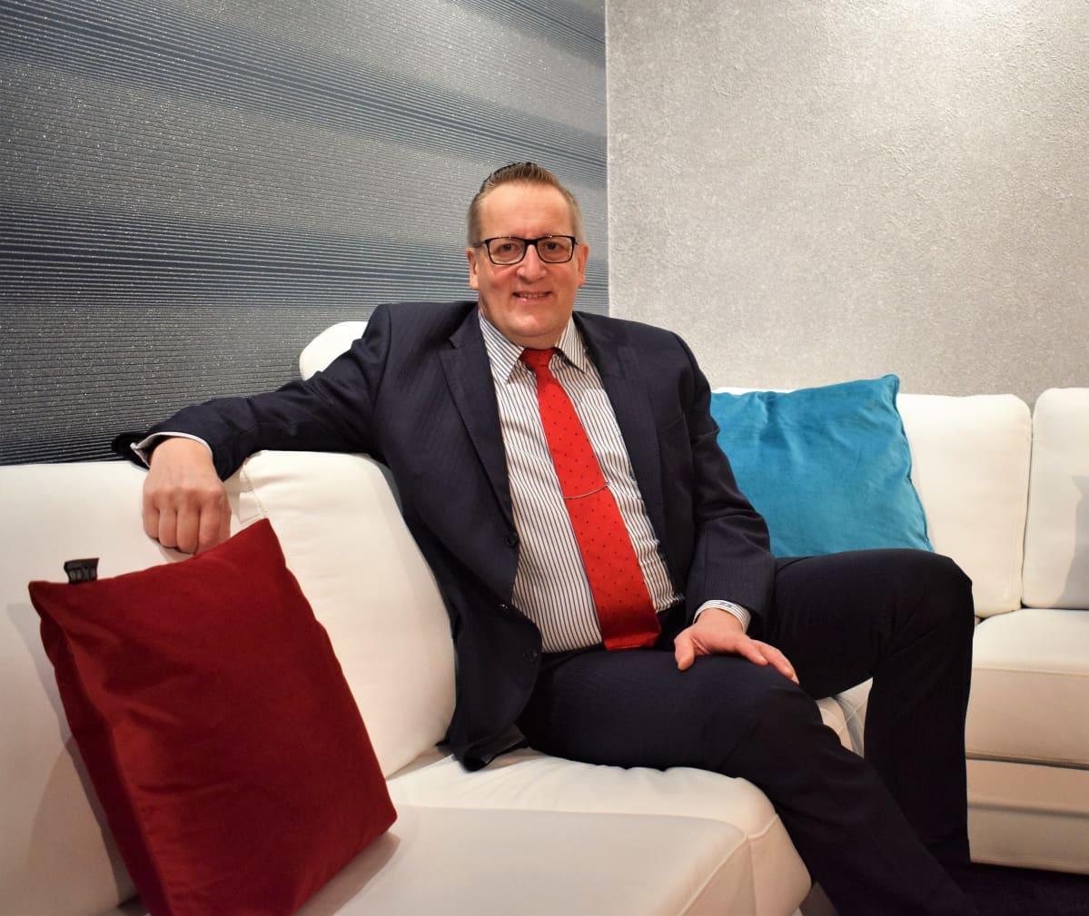 Naantalin selvityshenkilö Panu Routila istuu työhuoneensa sohvalla