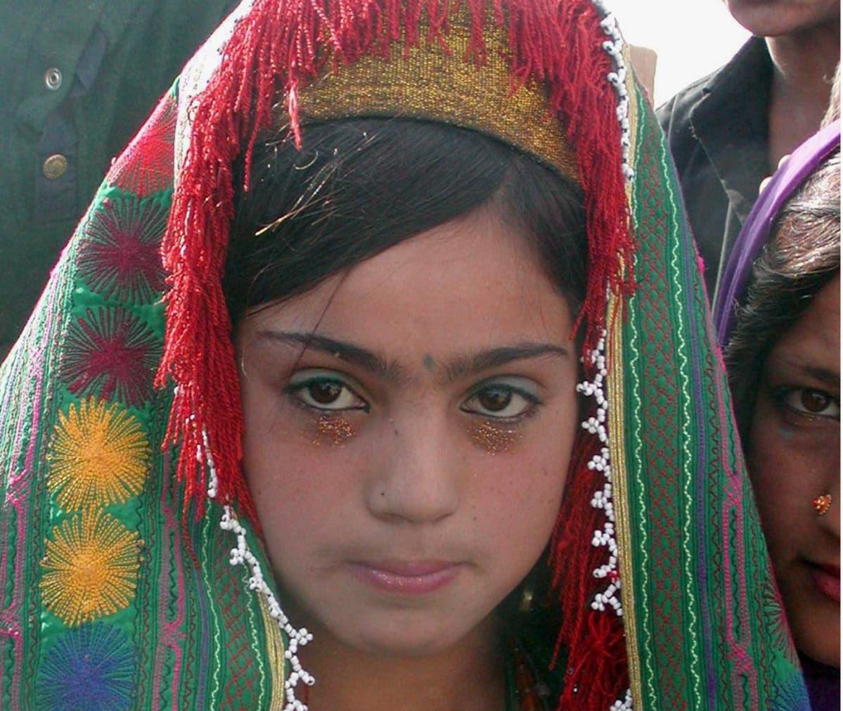 Tyttö painoi pienen pienet kullanruskeat kädet päällekkäin hanalle kasvot syvästi keskittyneinä kuin ennen valtavaa voimainponnistusta.