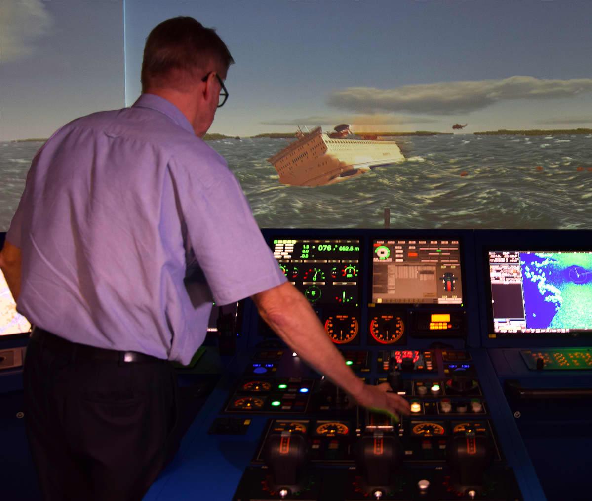 Laivasimulaattorissa kyetään toteuttamaan realistisen tuntuisia onnettomuusharjoituksia.