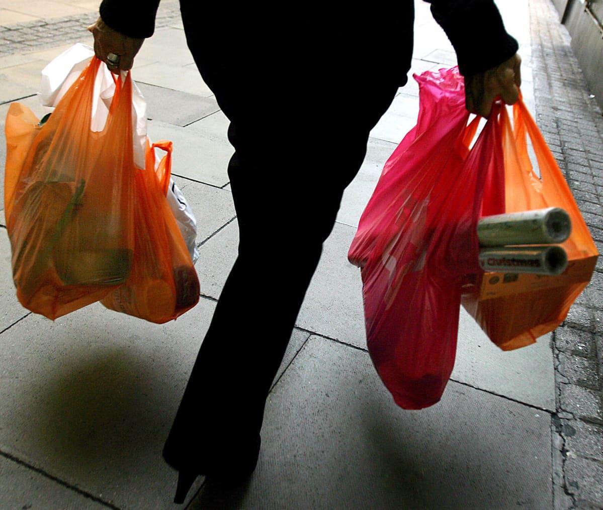 Englannissa kauppojen muovikasseista tehtiin viiden pennyn hintaisia vuonna 2015, mikä sai kulutuksen roimaan laskuun.